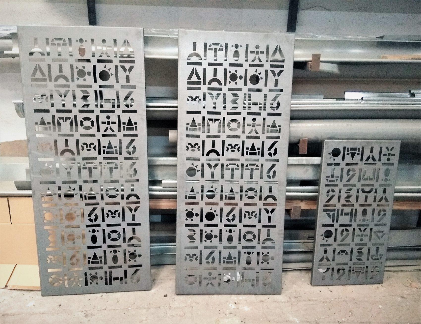 protections fenêtres acier avec motifs découpés au laser atelier - Inoxngo