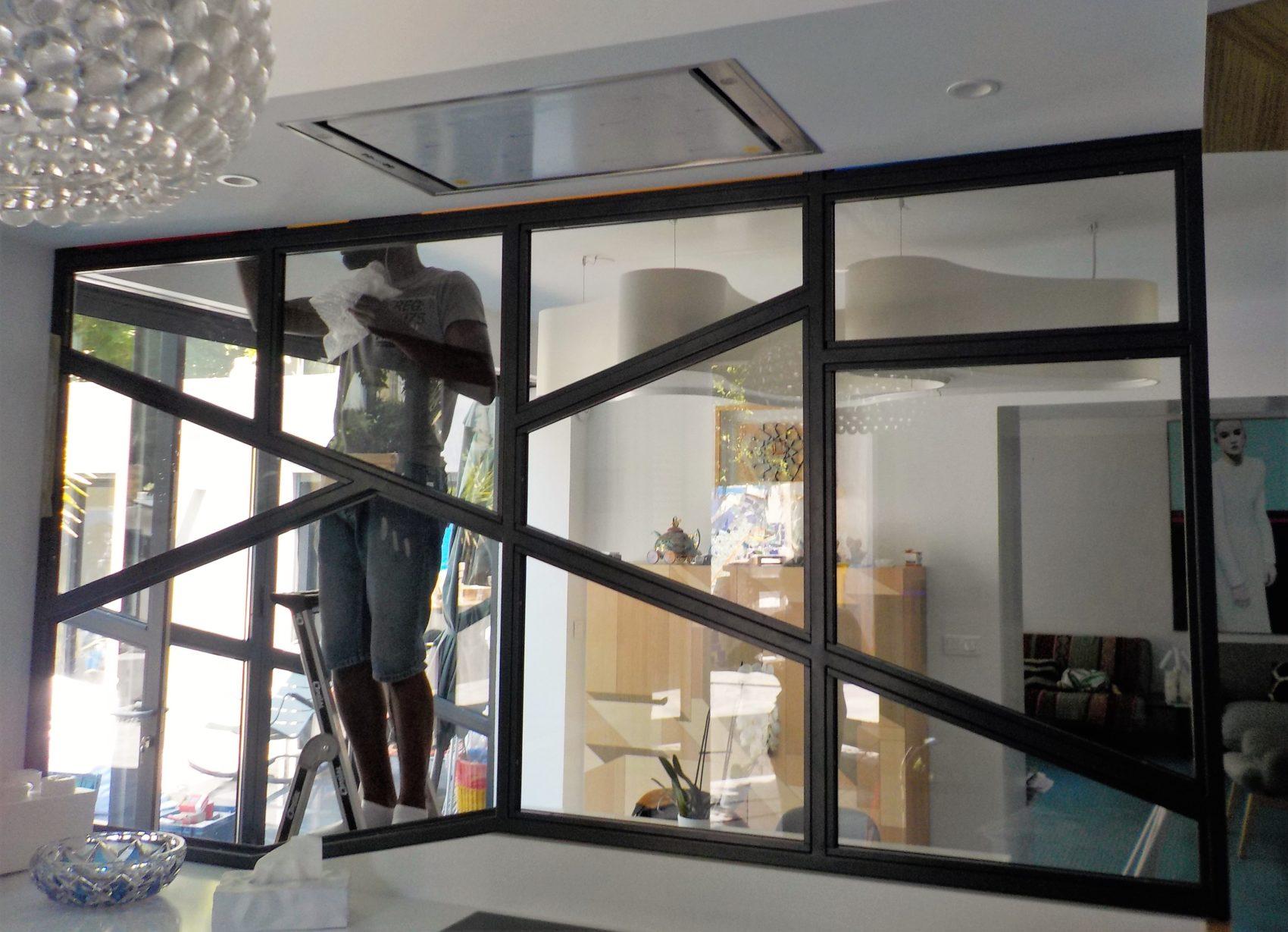 verrière cuisine avec verres colorés chantier - Inoxngo
